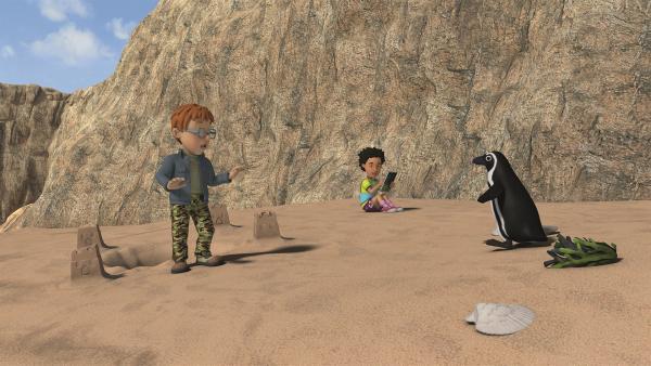 Norman und Mandy entdecken am Strand einen Pinguin. | Rechte: KiKA/Prism Art & Design Limited