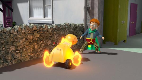 """Norman-Man erkennt voller Schrecken, dass er für den brennenden """"Feuer-Hund 2000"""" doch nicht unsichtbar ist.   Rechte: KiKA/Prism Art & Design Limited"""
