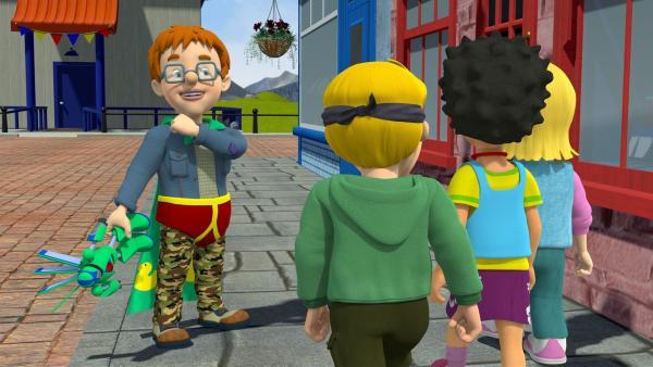 Norman glaubt, er ist als Norman-Man unsichtbar. Seine Freunde James, Mandy und Sarah bemerken ihn nicht und laufen fast durch ihn durch. | Rechte: KiKA/Prism Art & Design Limited