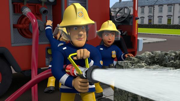 Feuerwehrmann Sam hat mit seinem Team die brenzlige Situation schnell in Griff.   Rechte: KiKA/Prism Art & Design Limited