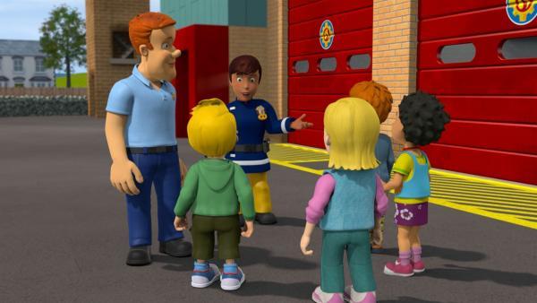 Trainingstag bei den Jungen Rettern: statt Feuerwehrmann Sam übernimmt Elli die Einheit. Während Norman begeistert ist, sorgt sich James.   Rechte: KiKA/Prism Art & Design Limited