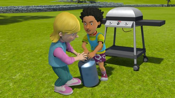 Während James mit seinem Handy beschäftigt ist, streiten sich Sarah und Mandy darum, wer die Gasflasche anschließen darf. | Rechte: KiKA/Prism Art & Design Limited