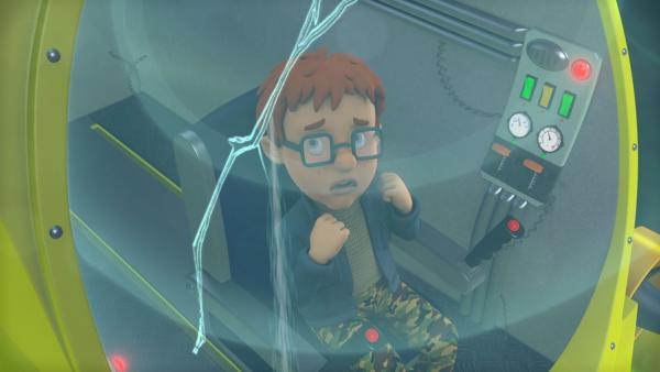 """Norman hat sich ohne zu fragen Joes U-Boot genommen, um das Pontypandyness Monster zu filmen. Mit der Steuerung kommt er nicht klar und es dringt Wasser in den """"Tauchmaster 2000"""".   Rechte: KiKA/Prism Art & Design Limited"""