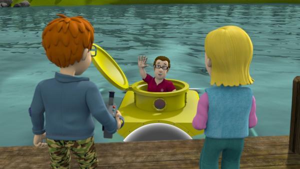 """Norman und Sarah sind beeindruckt: Joe sucht mit seinem """"Tauchmaster 2000"""" unter der Wasseroberfläche nach dem Monster.   Rechte: KiKA/Prism Art & Design Limited"""
