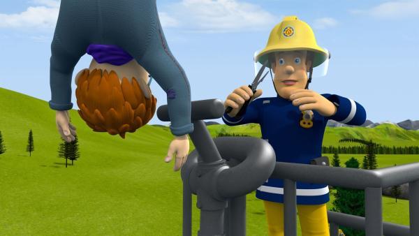 Zum Glück ist Feuerwehrmann Sam mit Jupiter zur Hilfe geeilt. Er hat Norman gleich gesichert. | Rechte: KiKA/Prism Art & Design Limited