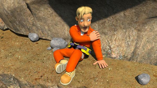 Tom konnte sich nach einem Sturz auf einen Vorsprung retten, aber er ist verletzt. Von dort kann er nur mit einem Hubschrauber gerettet werden.   Rechte: KiKA/Prism Art & Design Limited