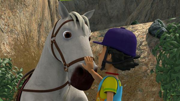 Pferde spüren die Gefühle ihrer Reiter sehr genau. Das Tier hat Mandys Angst gespürt, doch sie schafft es das Pferd zu beruhigen. | Rechte: KiKA/Prism Art & Design Limited