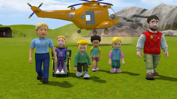 Als Höhepunkt des Tages hatten sich die Jungen Retter schon auf einen Flug mit dem Hubschrauber gefreut. Doch daraus wird nichts, denn der Hubschrauber muss zu einem dringenden Einsatz. | Rechte: KiKA/Prism Art & Design Limited