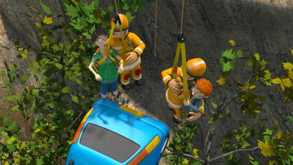 Dilys und Norman können in letzter Sekunde aus ihrem abstürzenden Auto gerettet werden. | Rechte: KiKA/Prism Art & Design Limited