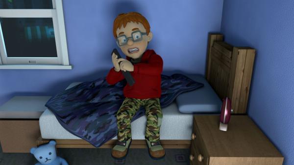 Norman schaut sich einen super gruseligen Zombiefilm an.   Rechte: KiKA/Prism Art & Design Limited