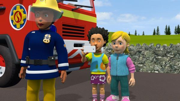 Mandy und Sarah filmen die mutige Rettungsaktion und stellen sie ins Internet. Das Video geht viral. | Rechte: KiKA/Prism Art & Design Limited