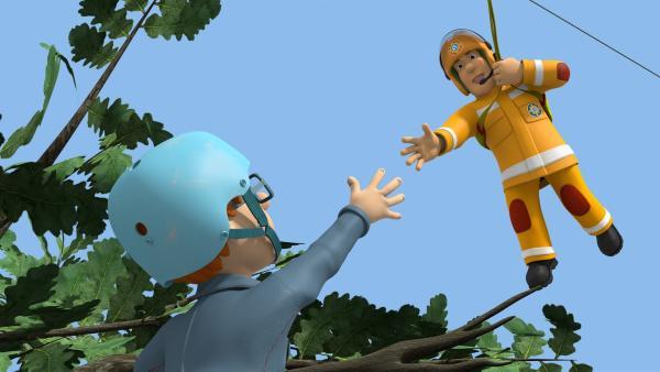 """Norman hat unbeaufsichtigt die """"Seilrutsche des Grauens"""" ausprobiert. Jetzt muss er von Feuerwehrmann Sam gerettet werden.   Rechte: KiKA/Prism Art & Design Limited"""