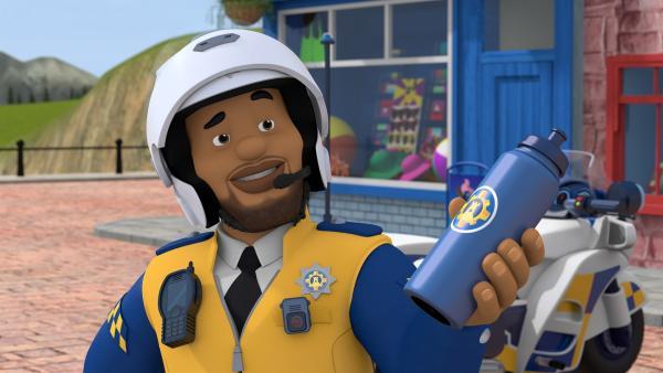Polizist Malcolm ist neu in Pontypandy. Ab sofort unterstützt er die Feuerwehrleute wo immer er kann.   Rechte: KiKA/Prism Art & Design Limited