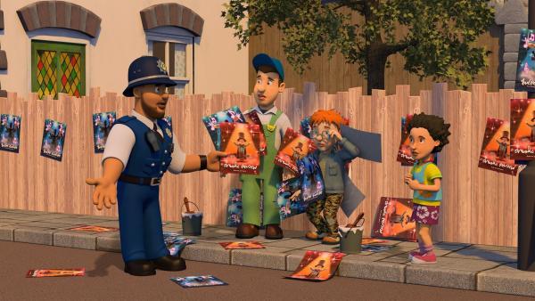 Norman und Mike überbieten sich im Aufhängen von Plakaten für ihre Shows. Polizist Malcolm und Mandy versuchen zu schlichten. | Rechte: KiKA/Prism Art & Design Limited