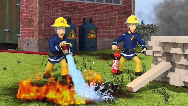 Am Bahnhof löschen Elvis und Arnold den Brand, der von einem davongerollten Grill verursacht wurde. | Rechte: KiKA/Prism Art & Design Limited