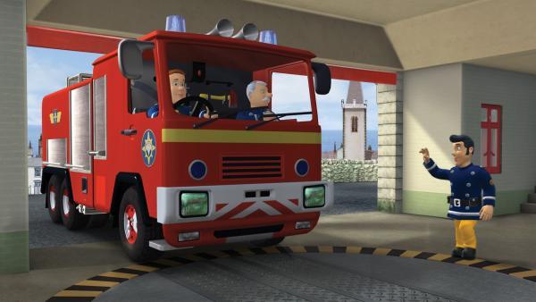 Feuerwehrmann Sam und Hauptfeuerwehrmann Steele kehren vom Feuerschutztag zurück in die Feuerwache. | Rechte: KiKA/HIT Entertainment