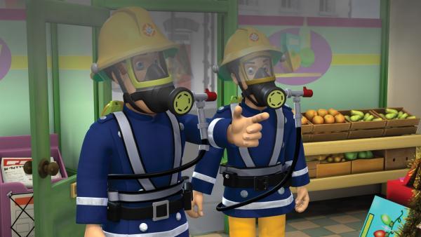 Feuerwehrmann Sam und Elvis löschen einen Kabelbrand in Dilys' Sparpreis-Supermarkt. | Rechte: KiKA/HIT Entertainment