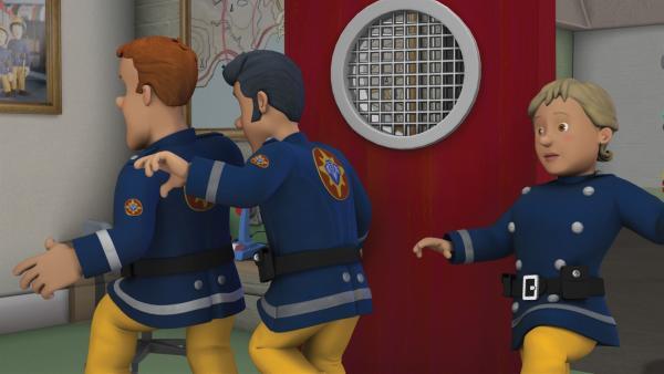 Sam, Elvis und Penny wollen Hauptfeuerwehrmann Steele nicht wecken.   Rechte: KiKA/HIT Entertainment