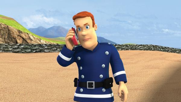 Feuerwehrmann Sam unternimmt an seinem freien Nachmittag einen Spaziergang am Strand.   Rechte: KiKA/HIT Entertainment