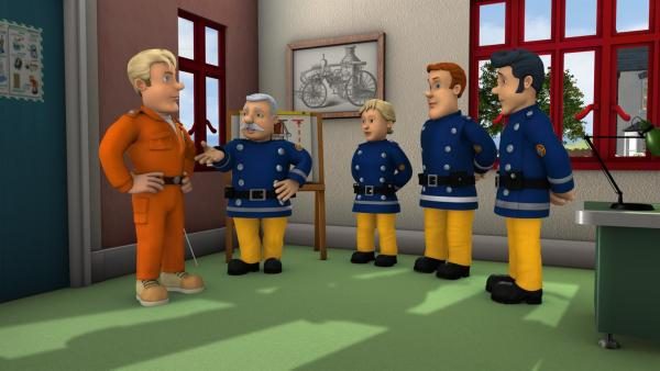Tom Thomas ist zu Besuch auf der Feuerwache, um Sam und die anderen in die Technik des Abseilens einzuweisen. | Rechte: KiKA/HIT Entertainment