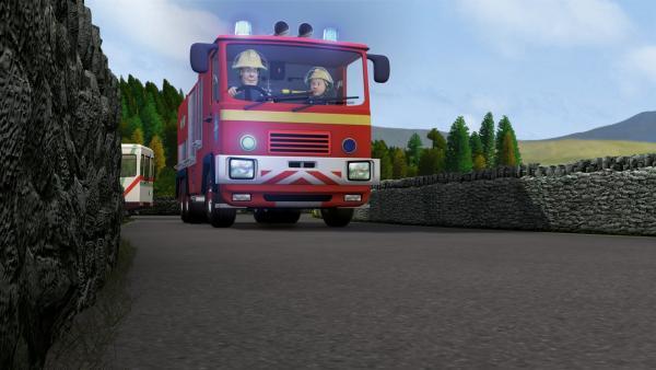 Feuerwehrmann Sam und Penny auf ihrem Weg zum Unfallort. | Rechte: KiKA/HIT Entertainment