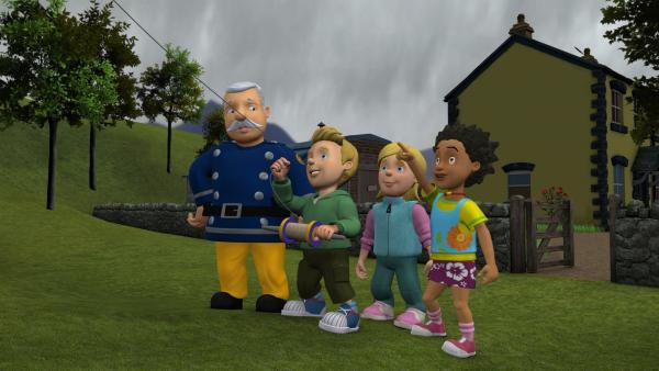 James, Sarah und Mandy lassen den Drachen von Hauptfeuerwehrmann Steele steigen.   Rechte: KiKA/HIT Entertainment