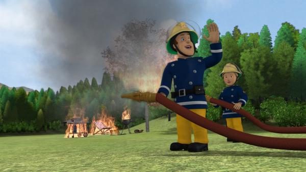 Der Grillwettbewerb zwischen Trevor und Tom geht in Flammen auf. Die Feuerwehr muss eingreifen. | Rechte: KiKA/HIT Entertainment