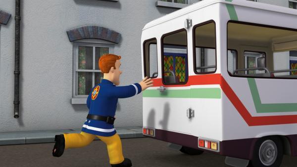 Feuerwehrmann Sam eilt dem fahrerlosen Bus nach. | Rechte: KiKA/HIT Entertainment