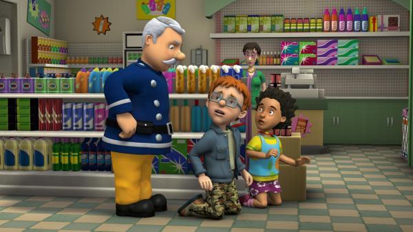 Hauptfeuerwehrmann Steele erwischt Norman und Mandy beim spuken. | Rechte: KiKA/HIT Entertainment