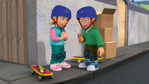 James kann mit seinem Funkgerät den Funkverkehr der Feuerwehr abhören. | Rechte: KiKA/HIT Entertainment