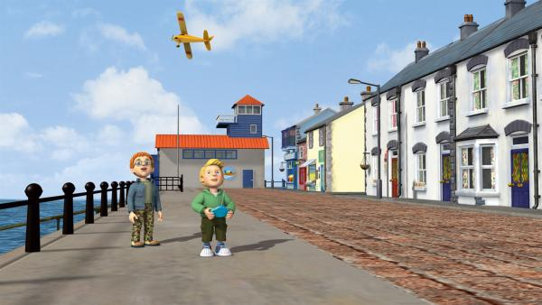 James hat ein Modellflugzeug, das er am Hafen fliegen lässt.   Rechte: KiKA/HIT Entertainment