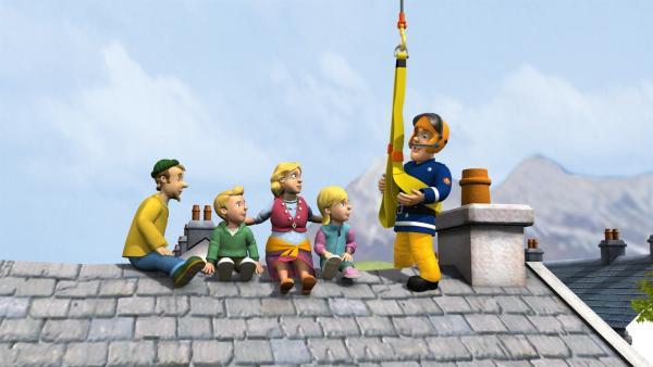 Familie Jones konnte sich auf dem Hausdach in Sicherheit bringen. Feuerwehrmann Sam hat mit seinen Kollegen alle Hände voll zu tun.   Rechte: KiKA/HIT Entertainment