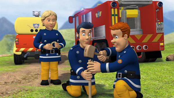 Feuerwehrmann Sam und seine Kollegen bauen eine Absperrung für den Raketenstart.   Rechte: KiKA/HIT Entertainment