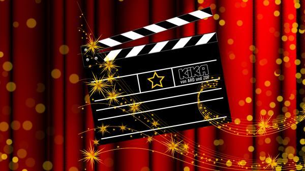 eine Filmklappe vor roten Kinovorhang | Rechte: KiKA