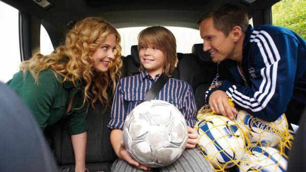 Moritz (Henry Horn) freut sich, dass seine Eltern (Diana Amft, Benno Führmann) seine Fussball-Leidenschaft unterstützen. | Rechte: ZDF/2009 UFA Cinema