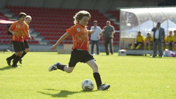 Moritz (Henry Horn) treibt seine Mannschaft mit vollem Einsatz voran. | Rechte: ZDF/2009 UFA Cinema