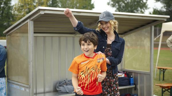 Moritz Mutter (Diana Amft) und der kleine Enes (Kaan Aydogdu) freuen sich über ein Tor der Teufelskicker. | Rechte: ZDF/2009 UFA Cinema