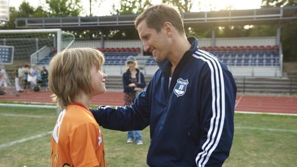 Der Vater (Benno Führmann) ist stolz auf seinen Sohn Moritz (Henry Horn). | Rechte: ZDF/2009 UFA Cinema