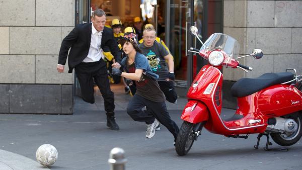 Wenn die Teufelskicker in der Stadt kicken, hat der Sicherheitsbeamte nichts zu lachen. (im Bild Shadow: Marvin Schlatter) | Rechte: ZDF/2009 UFA Cinema