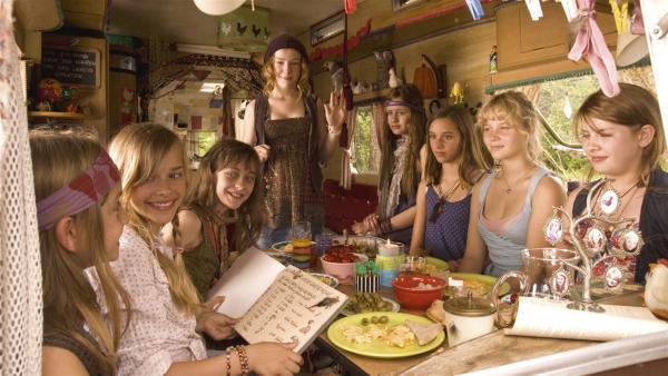 V.l.: Bob (Paulina Rümmelein), Verena (MilenaTscharntke), Lilli (Nicole Mercedes Mariola Müller), Sprotte (Michelle von Treuberg), Frieda (Lucie Hollmann), Wilma (Jette Hering), Melanie (Sonja Gerhardt), Trude (Zsa Zsa Inci Bürkle). | Rechte: ZDF/Rolf von der Heydt