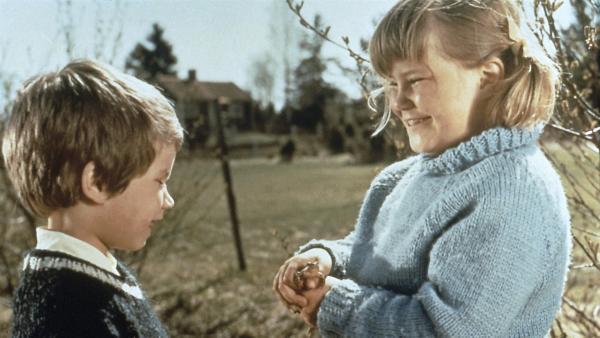 Stina (Kristina Jämtmark, li.) und Tjorven (Maria Johansson) haben einen Frosch gefunden, den sie für einen verwunschenen Prinz halten. Doch wer soll ihn jetzt erlösen und küssen? | Rechte: ZDF/Taurus-Film