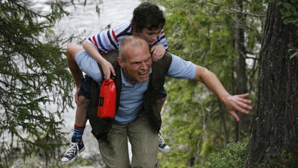 Per (Kasper Kesje) und Pa (Niels Olsen) haben es aus dem Wildwasser geschafft – jetzt müssen sie nur noch zum Rest der Familie zurückfinden.   Rechte: KiKA/ASA Film Production/Scanbox Entertainment
