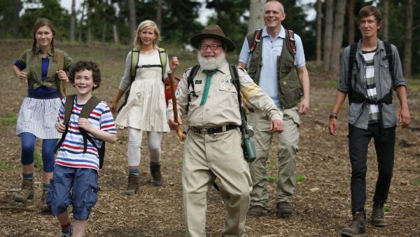 Pa (Niels Olsen, 2.v.re.), die Kinder und Onkel Anders (Jess Ingerslev, Mi.) machen sich auf in die schwedische Natur. | Rechte: KiKA/ASA Film Production/Scanbox Entertainment