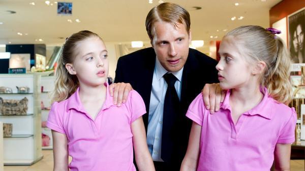 Hanni und Nanni (Jana und Sophia Münster) werden im Kaufhaus von Ladendetektiv Rüdiger Hack (Oliver Pocher) auf frischer Tat beim vermeintlichen Ladendiebstahl ertappt. | Rechte: ZDF/Ufa Cinema/Gordon Mühle