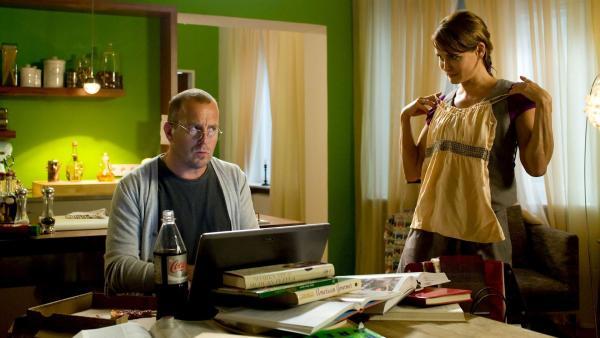 Jule Sullivan (Anja Kling) führt ihrem Mann George (Heino Ferch) das Kleidchen vor, dass ihre Töchter angeblich aus dem Kaufhaus stehlen wollten. | Rechte: ZDF/Ufa Cinema/Gordon Mühle