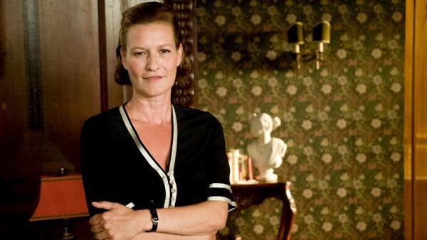 Mit Frau Mägerlein (Suzanne von Borsody), der stellvertretenden Direktorin von Lindenhof, ist nicht gut Kirschen essen. Das haben Hanni und Nanni schnell gemerkt. | Rechte: ZDF/Ufa Cinema/Gordon Mühle