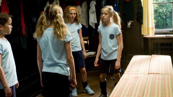 Hanni (Sophia Münster) will nichts davon hören, dass ihre Schwester (Jana Münster) statt Hockey zu spielen viel lieber im Schulorchester von Lindenhof Cello spielen würde. | Rechte: ZDF/Ufa Cinema/Gordon Mühle