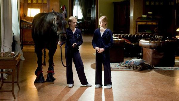 Um das Pferd ihrer Schulkameradin Kathrin vor dem Zwangsverkauf zu retten, lassen sich Hanni und Nanni (Sophia und Jana Münster) etwas ganz Verrücktes einfallen. | Rechte: ZDF/Ufa Cinema/Gordon Mühle