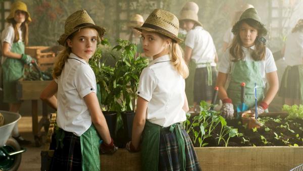 Beim Naturkundeunterricht hecken Hanni und Nanni (Sophia und Jana Münster) einen Plan aus. | Rechte: ZDF/Ufa Cinema/Gordon Mühle