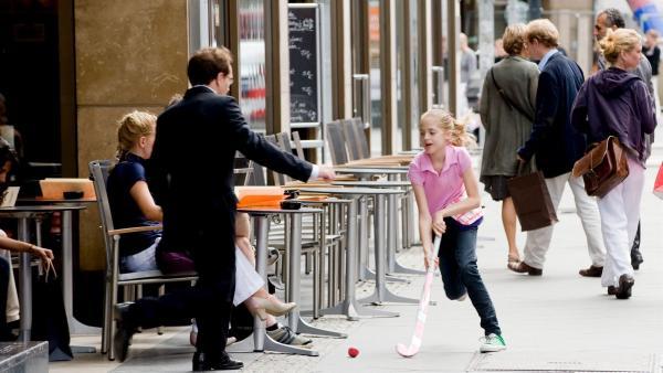 Der Beginn allen Übels. Hanni (Sophia Münster) versucht den von ihrer Freundin Oktavia gehaltenen Rekord auf dem Hockeyparcours mitten in der Berliner Einkaufsmeile zu brechen. | Rechte: ZDF/Ufa Cinema/Gordon Mühle
